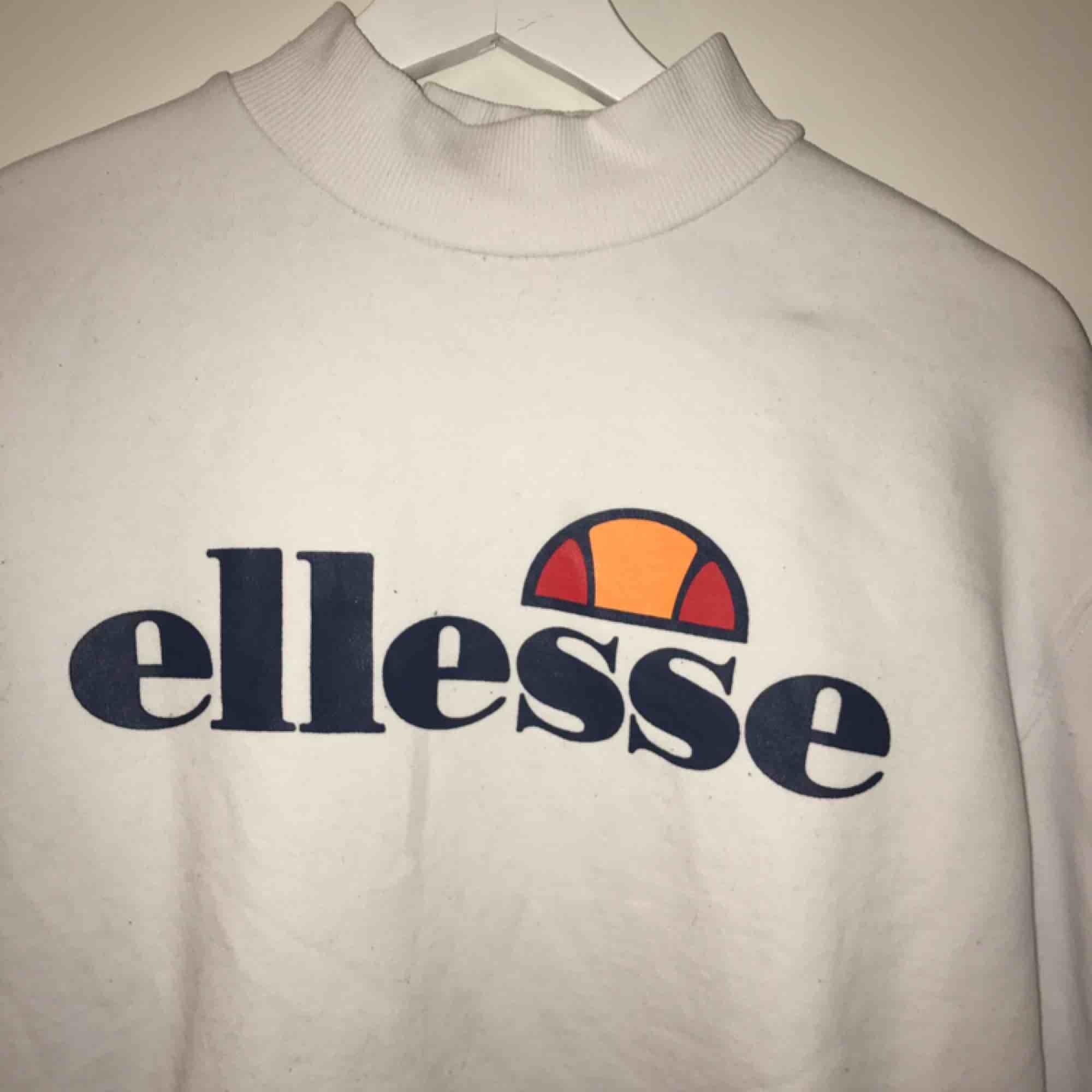 Sweatshirt från ellesse, inte använd många gånger, står storlek 14 i den, skulle säga att den passar en M och för lite större S. Mjukt tyg inuti, Frakt ingår. Tröjor & Koftor.
