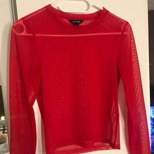 Super fin röd mesh tröja! Fin att ha t shirt över, strl XS
