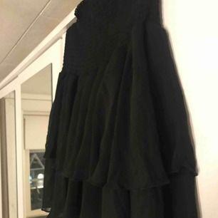 Två kjolar från bikbok. Helt nya med lappar kvar. 100kr styck. Svart i m blommig i XS