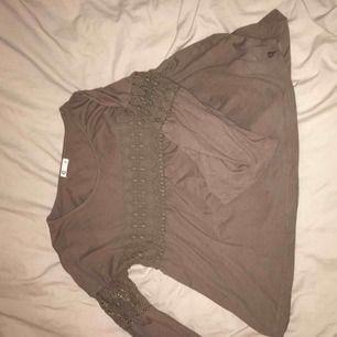 En fin tröja från Cubus som är köpt för ungefär ett år sedan. Har aldrig kommit till användning så därför hoppas jag att det är någon som vill komma med bud till denna :) { +frakt }