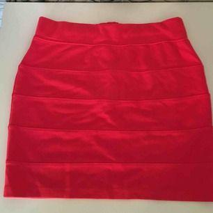 Röd fin kjol med en dragkedja på baksidan som inte öppnas. Säljer pga att jag inte använder den och den är för liten för mig. Kan mötas upp i Stockholm frakt står köparen för. Skriv för mer info