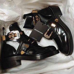 Balenciaga cut-out boots I svart lackat läder.  Använda mycket sparsamt fortfarande i nyskick