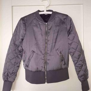 Lavendel/ ljuslila färgad bomberjacka från hm Stl.36  Nypris: 499kr Köpare står för frakt om det krävs, kan mötas upp i centrala Sthlm!