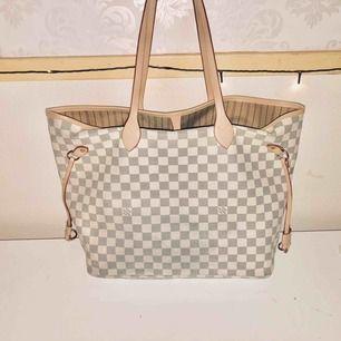 Louis Vuitton väska. Aldrig använd bara hängt på mitt rum som prydnad. Väskan är ej äkta men är en fin kopia, frakten är inräknad i priset😊 OBS: är ej intresserad av oseriösa köpare då ett antal sådana har skrivit till mig!