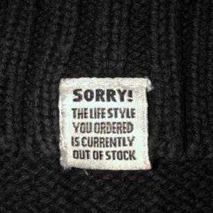 Svart stickad crewneck ifrån H&M med en gullig liten patch ( se bild 1) Fraktar tillkommer, postar alltid med postnord