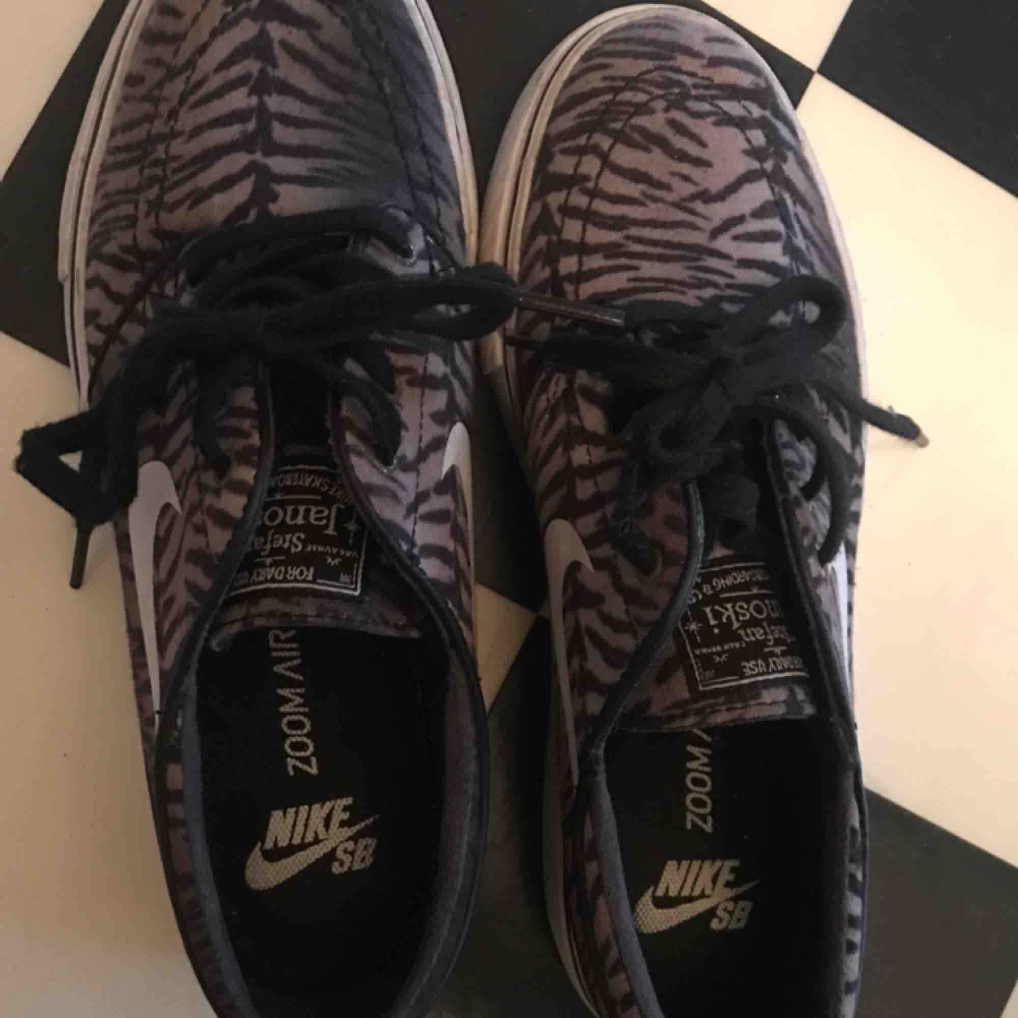 Nike SB skor, knappt använda pga lite små för mig, frakt tillkommer . Skor.