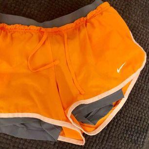 Tränings shorts ifrån Nike med under byxor