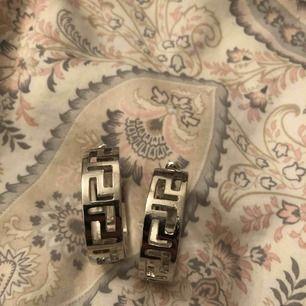 Snygga versace liknande örhänge från Nelly. Nya oanvända. Färg silver stl 3,5cm i diameter