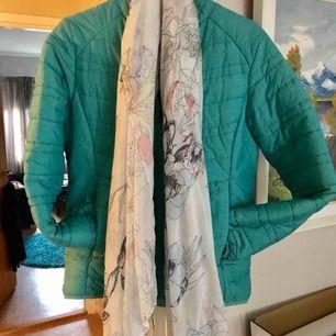 En fräch Everestjacka i st 42 med medföljande sjal,  bör tvättas! Har legat nedpackad i förrådet .