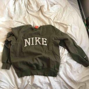 Grön Nikesweatshirt, köpt i Köpenhamn på episode. Bra skick!! Väldigt mjuk o skön. Kan frakta men möts helst i Stockholm