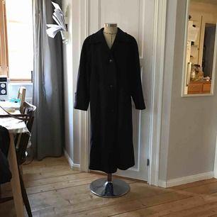 Vintage navy blå ullkappa i fint skick. Jätteskön och varm inför vintern.  Står ingen storlek men skulle gissa 38-42 Katt finns i hemmet