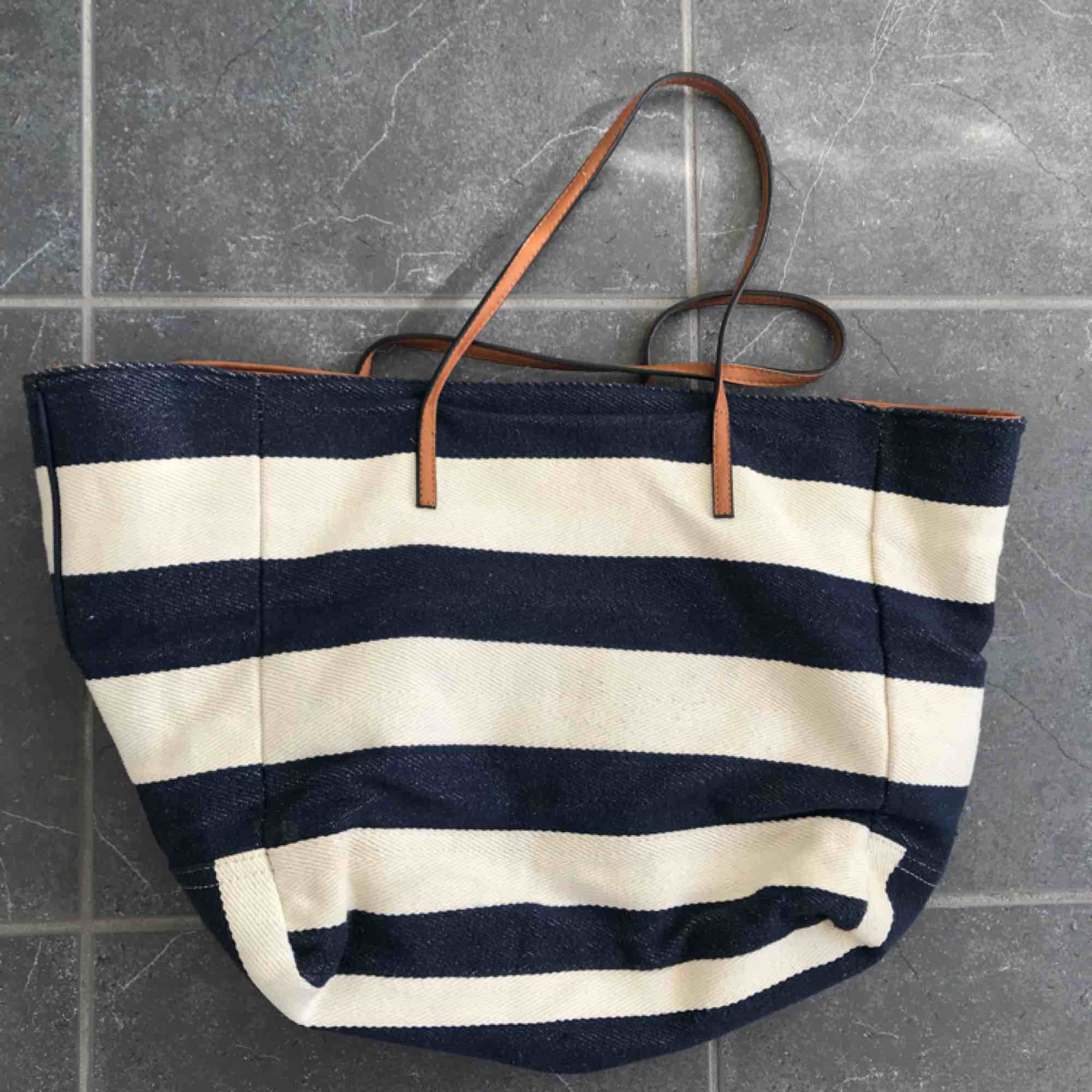 Strandväska från Gina tricot. Knappt använd. Väskor.