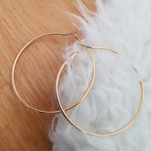Guldfärgade örhängen, oanvända och oprövade. Säljer då jag inte tycker om att ha stora örhängen.