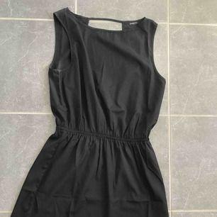 Klänning från Jacqueline de Young i storlek 38/M/S. Aldrig använd