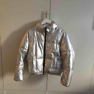 Silvrig jacka som inte är mycket använd. Passar både höst och vinter! Köparen står för frakt. Finns i centrala Linköping