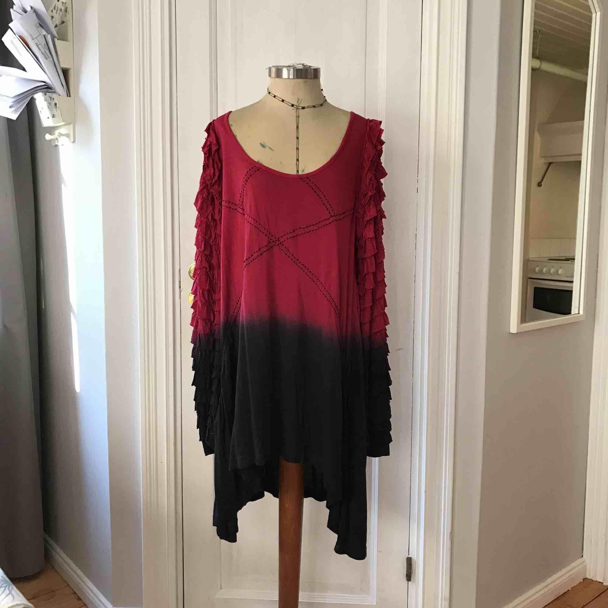 Exklusiv isländsk design. Handgjord och hand-dyed Jersey klänning med ruffles på armar. Märke: Royal Extreme använt Max 2 ggr.  (Katt finns i hemmet)   Frakt tillkommer om den skal skickas. Klänningar.