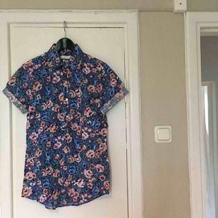 Blommig skjorta från Topman. Aldrig använd, bara provad! Slim-fit modell. Köparen står för frakten!
