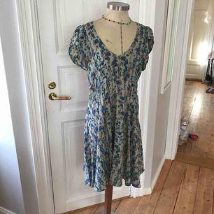 Snygg blommig lätt 100%silk klänning. Mycket älskat klänning men dags att gå vidare.  Frakt tillkommer om skickas