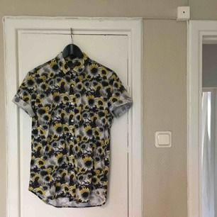 Blommig skjorta från Topman. Använd 1 gång. Classic-fit modell. Köparen står för frakten!