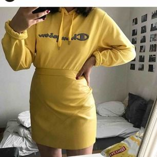 Snygg gul fake läderkjol i otroligt skönt material! Det är en L men passar mer än M. Endast använd ett fåtal gånger!! ✨