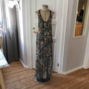 Lång lätt klänning med vackert fjäril mönster från Topshop i fint skick. Stl:36  Frakt tilkommer