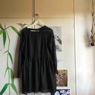 Klänning i mesh-tyg från Monki.