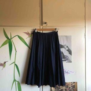 Mörkblå knälång plisserad vintagekjol i fin kvalité.