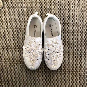 Jättegulliga skor köpta på primark. Endast använda en gång, som nya. Storlek 38 men funkar också som 39. Frakt tillkommer, kan mötas i Stockholm.