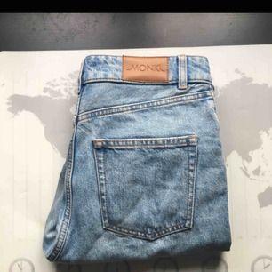 Snygga jeans som jag köpt här på Plick men var tyvärr inte vad jag behövde. Vill verkligen behålla dem men måste tyvärr sälja. Så köp köp, frakten ingår inte i priset! De är knappt använda, är från monki i modellen Kimomo! SÅ fina! Så köpköpköp!