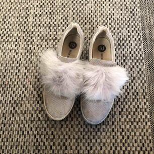 Skor från river island med päls på. Använt skick. Jättesköna och sitter bra på foten. Bra vår/höstskor. Frakt tillkommer, kan mötas i Stockholm.