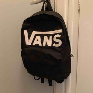 Säljer jättefin Vans ryggsäck som tyvärr inte kommer till användning längre :( köparen står för frakten, vid fler frågor så är det bara att kontakta mig! :)