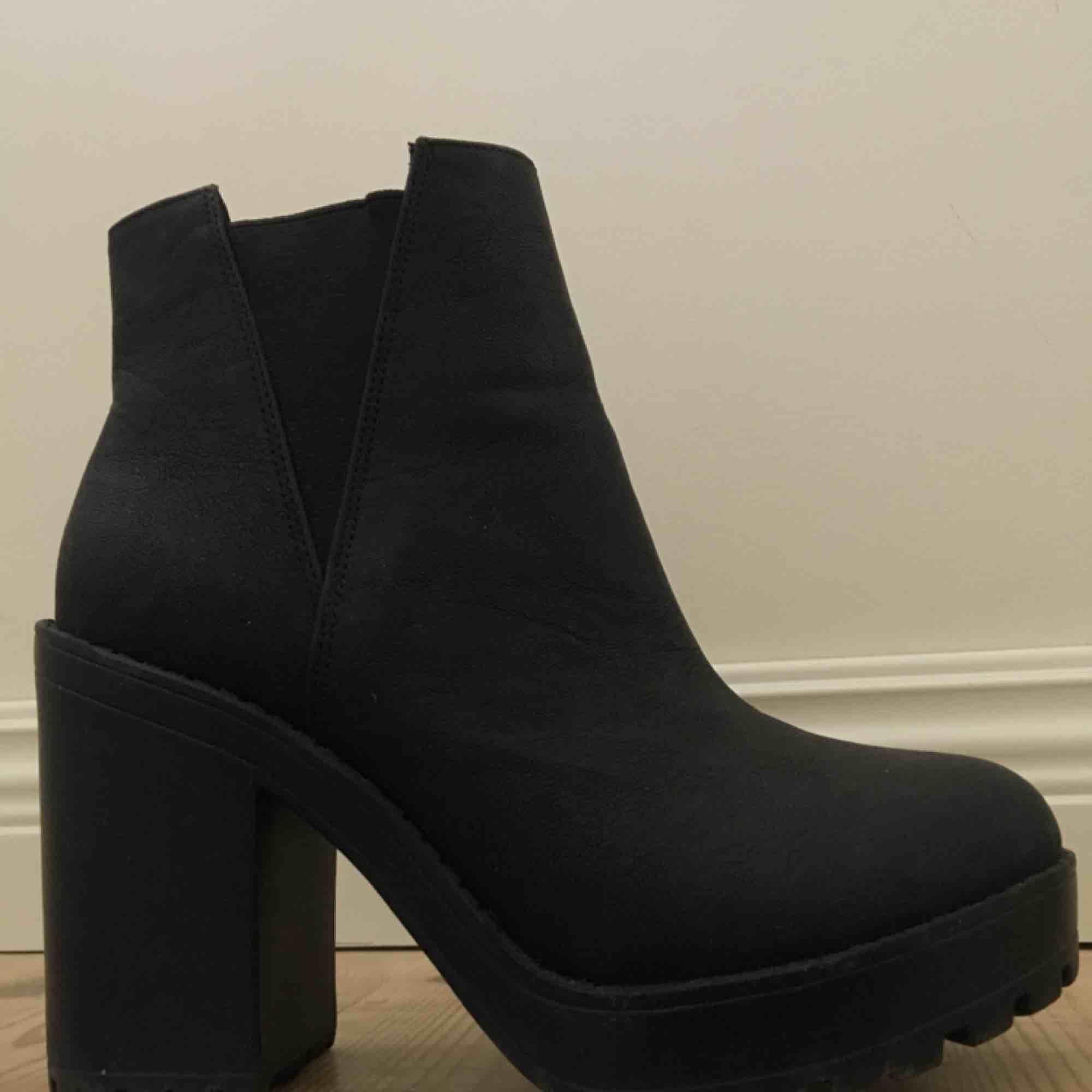 Svarta skor i fejkläder med klack och ribbad sula. Supersnygga men använder de tyvärr för sällan. Frakt ingår i priset!🌹. Skor.