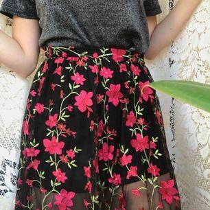 Vackert broderad kjol!! Underkjolen som man ser på bilden sitter ihop med det broderade lagret. Köpt för 350 kr, använd 2 ggr. Köparen står för frakten 💓🍒