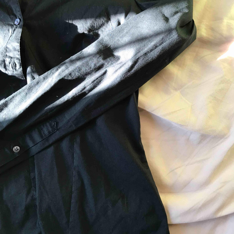 Säljer denna fina vanliga svarta skjorta från hm som är kropps formad och super snygg till hösten :) frakt ingår . Skjortor.