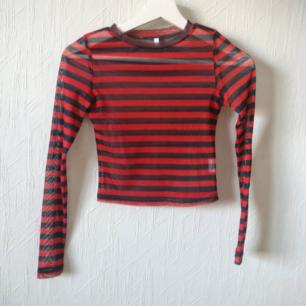 Svart röd randig cropped mesh top! ⛓️ Skitsnyggt att bära som den är eller under tshirts till exempel. I bra skick, dock har den en konstig sömn därbak som spruckit liite men går lätt att lagas för hand för de som är händiga ☺️  Står Strlk M men sitter definitivt mer som en S/XS.  Fri frakt 💌