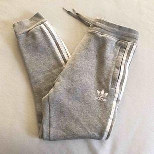 Gråa adidas byxor, aldrig använda endast tvättade. Passar en XS eller mindre