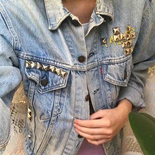 Vintage Levis jeansjacka med MTV-tryck på ryggen! Unik. Pris går att diskutera. Köparen står för frakten 💓🍒