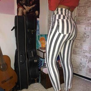 Snygga randiga Zara byxor!!❤️ slitningar på knäna och nertill:)