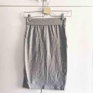 Kjol får lager157. Använd en gång så den är i väldigt fint skick. Storlek: XS. Pris: 40 kr eller bud. Köparen står för frakten.