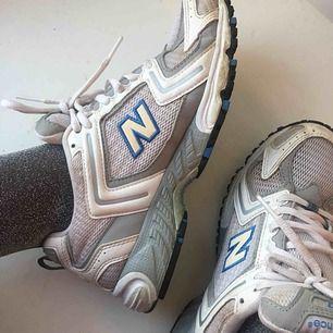 Sneakers från New Balance. Storlek 37,5. I fint, begagnat skick. Frakt på 58 kr tillkommer. 👼