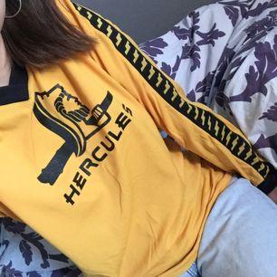 Supercool gul långärmad tröja med stretch i! Paneler ner för armarna 🐝 lite