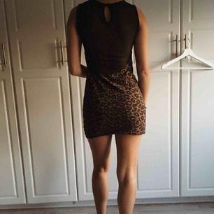 Modellen är 160 cm alltså är det en kort klänning. Den har en knapp vid nacken och man kan även ta på sig den utan bh då den täcker.