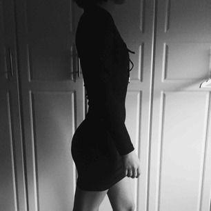 En svart tajt klänning som sitter väldigt bra och skulle passa utmärkt till både stora och små bröst. Har haft denna på 2 fester med massa komplimanger och frågor om vart jag har köpt den.