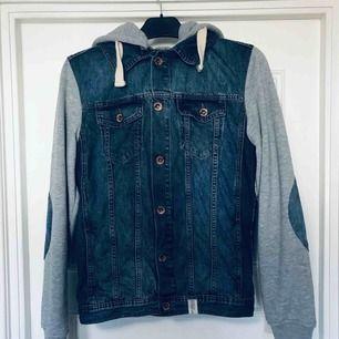 Adrian Hammond jeansjacka, använd fåtal gånger så fortfarande i fint skick. Köpt på Stayhard.se