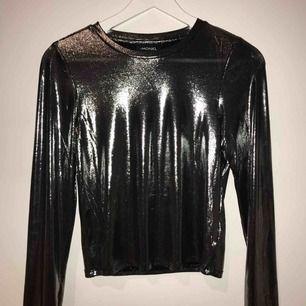 Glittrig långärmad tröja från Monki! Använt en gången, töjbar och väldigt snygg! (Lite ljusare i vekligheten än på bilden, pga bilden är tagen med blixst)