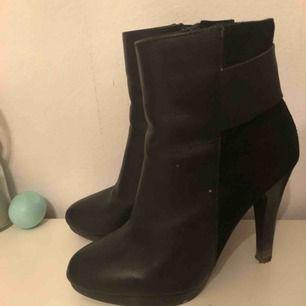 Väldigt fina skor i skinn och mocka stl 35 men passar mig som har 36 inte mycket använda köptes för 1190kr på Bianco