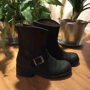 Johnny Bulls Low Boot Zip Back Höstskor i använt skick, läder. Nypris ca 1200kr. Fraktkostnad tillkommer🍂