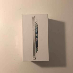 Säljer min gamla iPhone 5, sprickor men annars funkar den bra :)