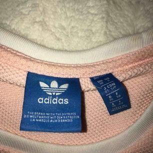 Adidas tröja, ljusrosa! Använd max fyra gånger! Jättebra skick och köper du betalar du frakten själv👍🏽👍🏽