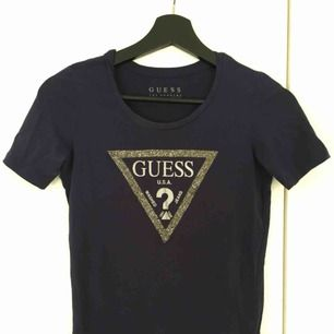 Marin blå guess t-shirt nästa oanvänd i stolek XS